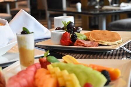 Nuestro favorito es el desayuno con panqueques y un poco de fruta.