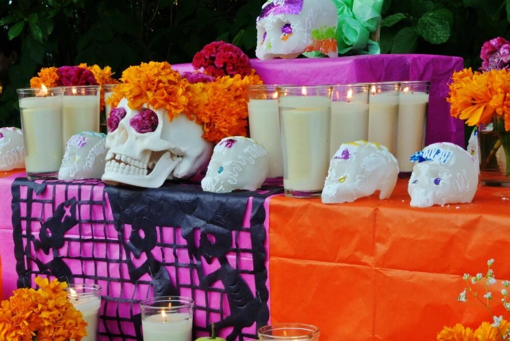 Día de Muertos altar con calaveritas