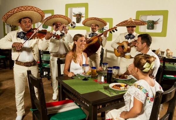 cena mexicana con mariachis