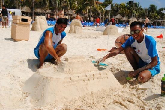 Concurso de castillos de arena en la Riviera Maya