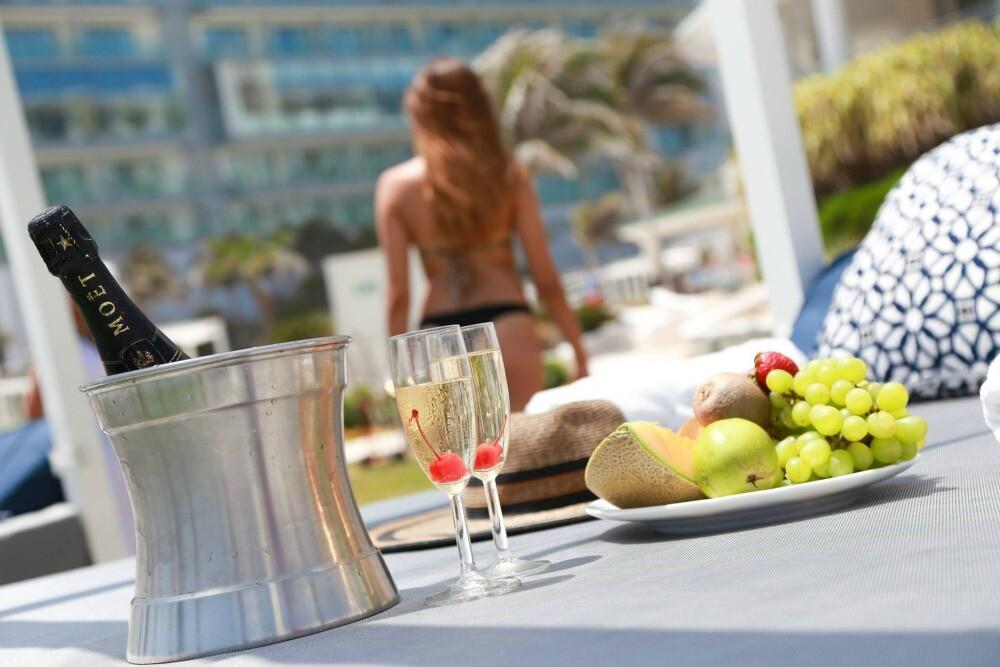 Sandos Cancun pool party