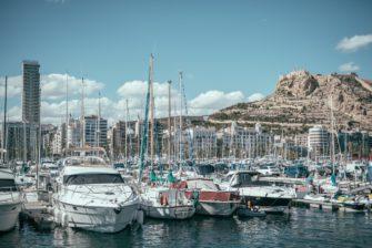 Puerto de Alicante y vistas al Castillo de Santa Bárbara.